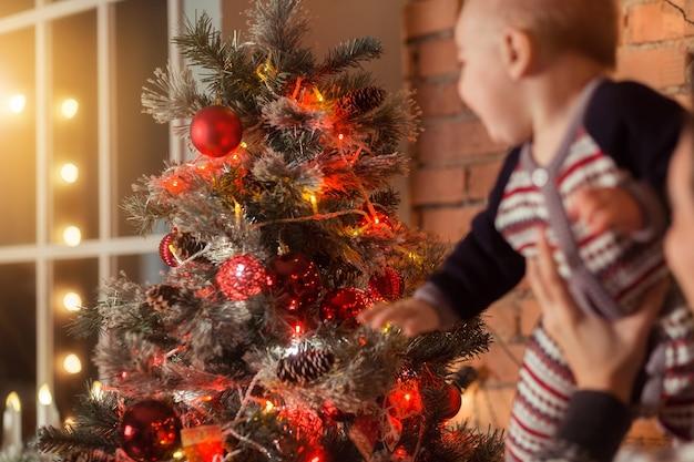 Baby eerste kerst mooie kleine babyjongen viert kerstmis nieuwjaar
