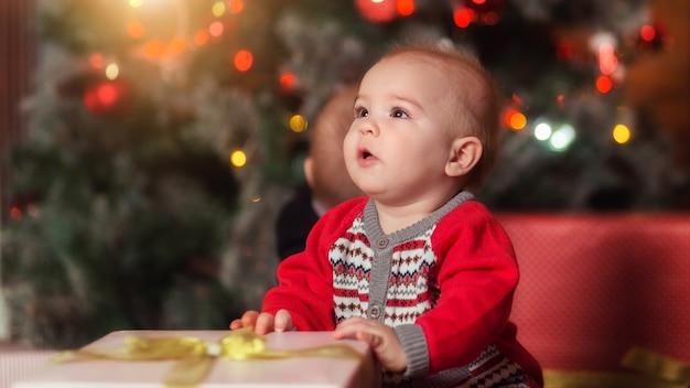 Baby eerste kerst mooie kleine babyjongen viert nieuwjaar