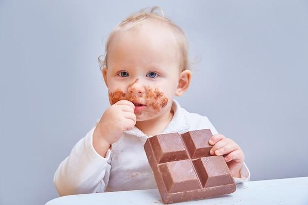 Baby eet grote reep chocola