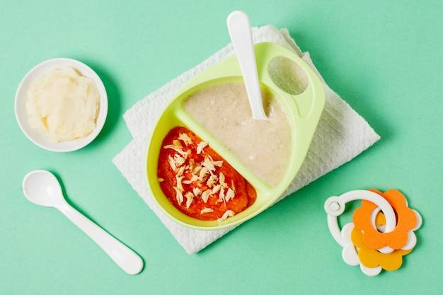 Baby eigengemaakt voedsel op groene achtergrond