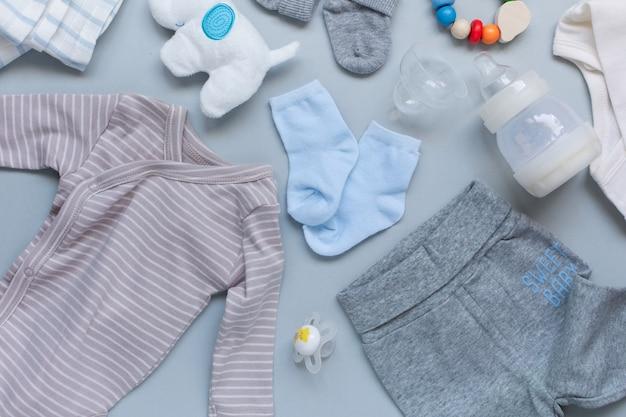 Baby elementson lichtblauwe achtergrond