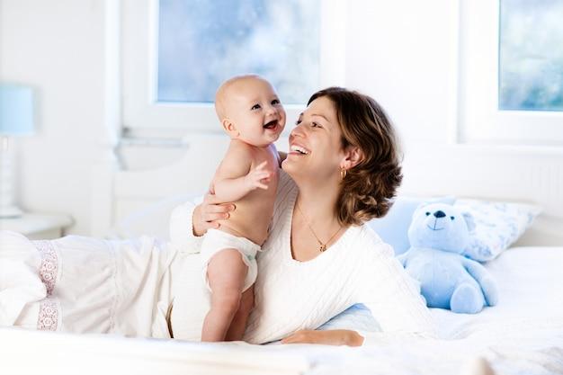 Baby en moeder thuis. moeder en kind.