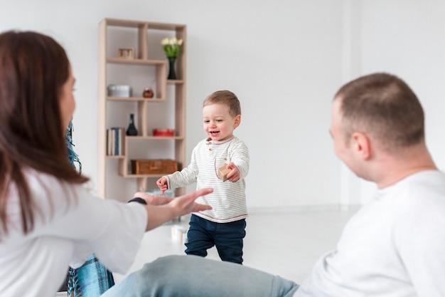 Baby en ouders thuis