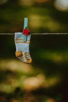 Baby gebreide wollen sokken op een koord voor linnen