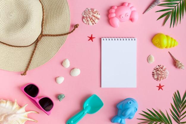 Baby girl's accessoires voor op het strand.