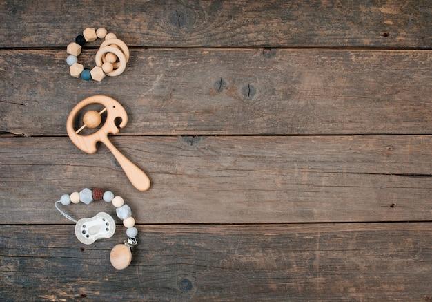 Baby houten fopspeen, zitzak en bijtring op rustieke houten
