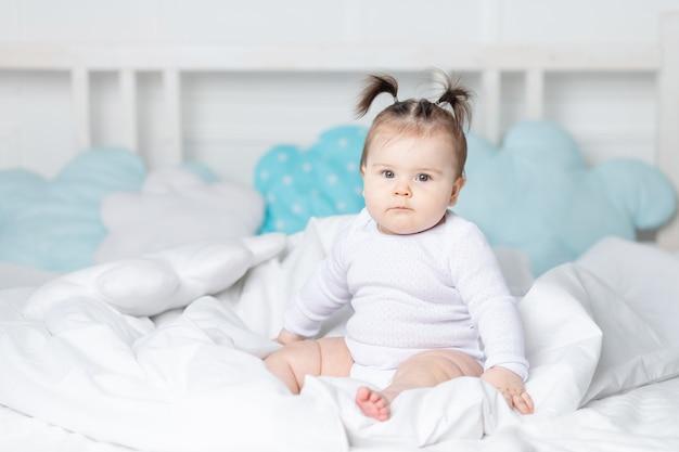 Baby in bed op het bed thuis, het concept van een gelukkige liefdevolle familie en kinderen