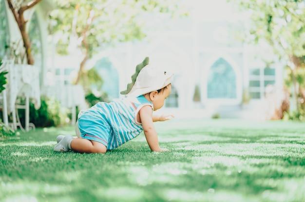 Baby in café buitenshuis. portret van gelukkig kind