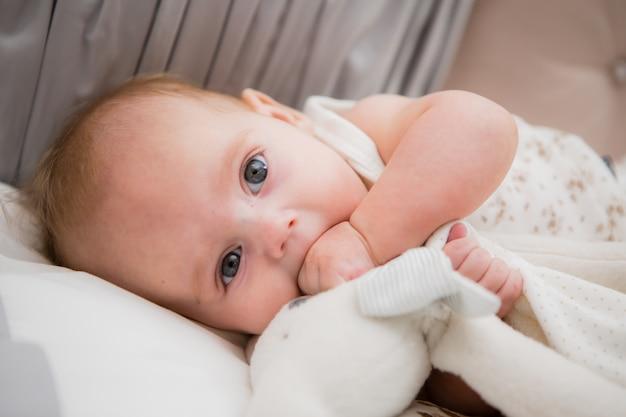 Baby in een babybed