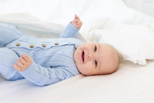 Baby in een deken, babyochtend, textiel en babybedje