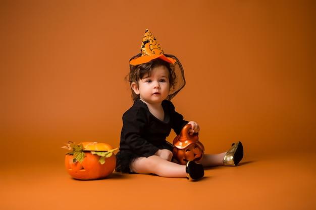 Baby in een heks kostuum voor halloween