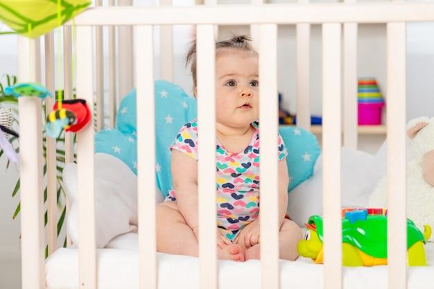 Baby in een wieg, gelukkige kleine baby thuis