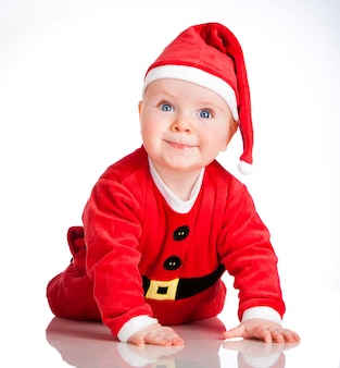 Baby in santa costume at christmas op het wit
