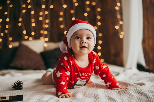 Baby in sinterklaaskostuum. nieuwjaar
