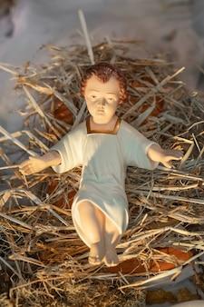 Baby jezus liggend in een strooien wieg