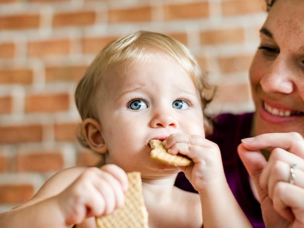 Baby kauwend op sommige crackers
