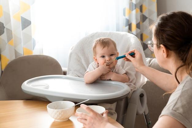 Baby led spenen blw en zelfvoedend moeder voedt dochter thuis
