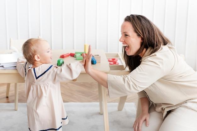 Baby maakt high five met haar moeder
