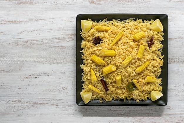 Baby maïs pittige baby maïs rijst op houten tafel