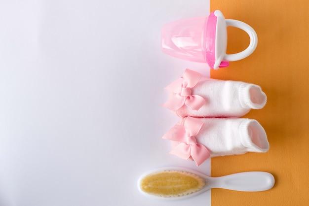 Baby meisje accessoires en speelgoed op wit met lege ruimte