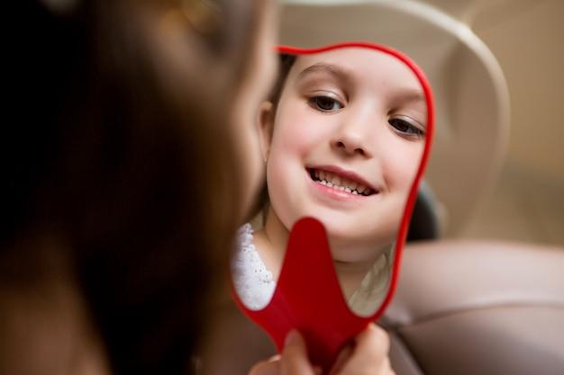 Baby meisje bij de tandarts