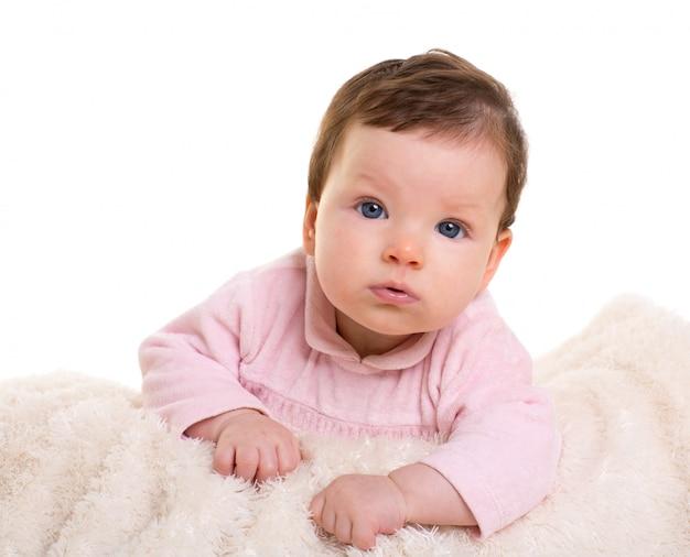 Baby meisje glimlachend in roze met winter witte vacht deken