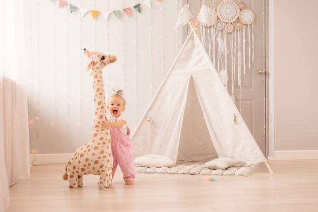 Baby meisje in de kinderkamer spelen