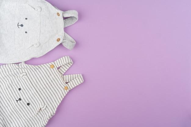 Baby meisje kleding op lila pastel