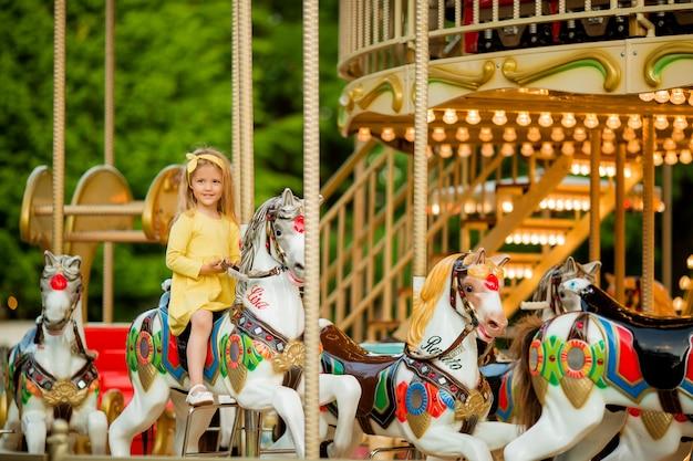 Baby meisje op de carrousel