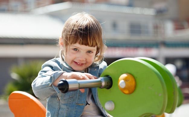 Baby meisje op speeltuin