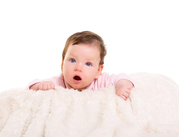 Baby meisje open mond grappig gebaar in roze