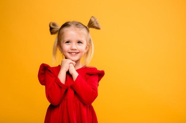 Baby meisje portret isoleren gele achtergrond.