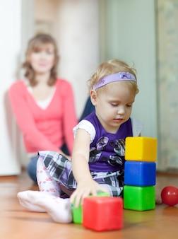 Baby meisje speelt met blokken
