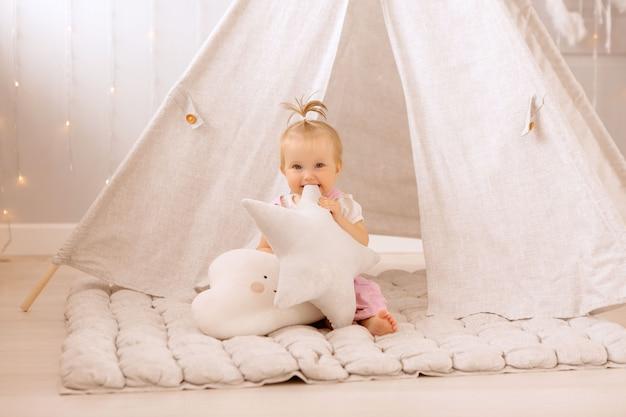 Baby meisje spelen in de kinderkamer