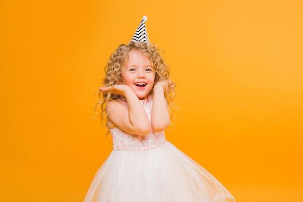Baby meisje verjaardag lachend op oranje