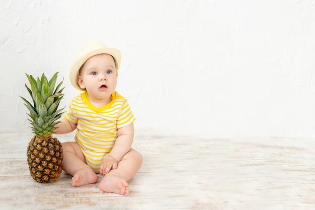 Baby met ananas