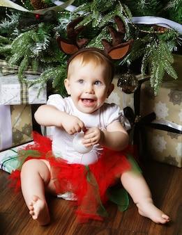 Baby met kerstmisachtergrond