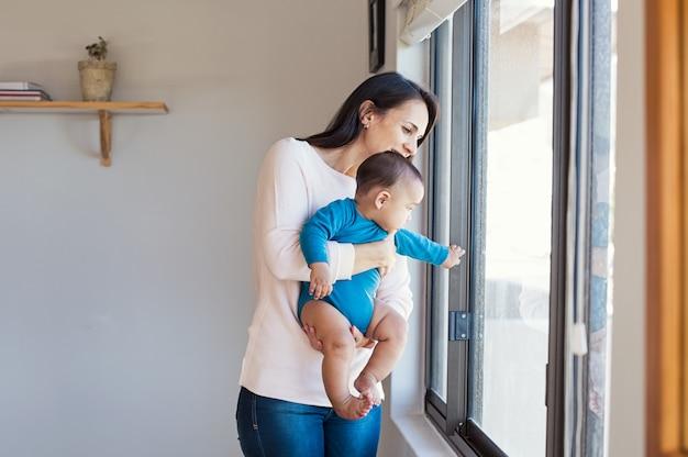 Baby met moeder die uit kijkt