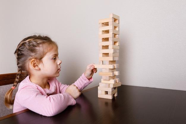 Baby met moeder spelen in houten blokken