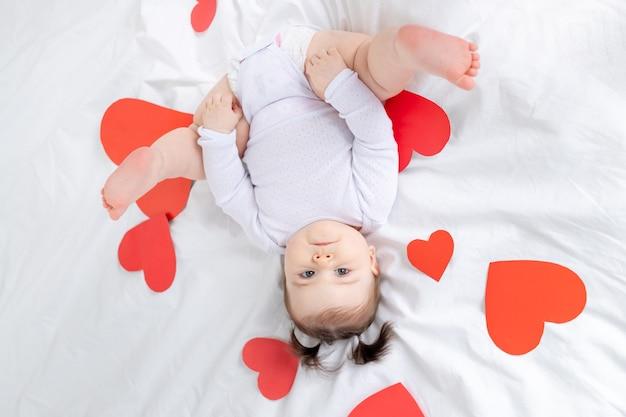 Baby met rode harten, valentijnsdag concept
