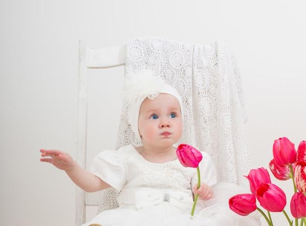 Baby met tulpen