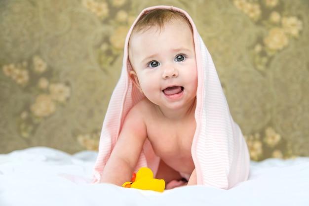 Baby na het baden in een handdoek