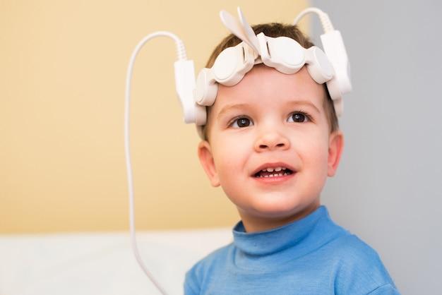 Baby om magnetotherapeutische procedures in het ziekenhuis te nemen