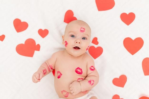 Baby onder harten en met kussen van rode lippenstift, het concept van liefde