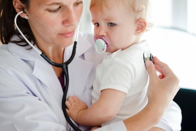 Baby op bezoek bij de dokter voor controle