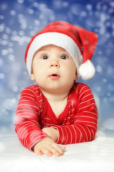 Baby op de hemelachtergrond van de nieuwjaarsneeuw