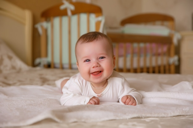 Baby, op het bed, slaapkamer, glimlach, ga liggen