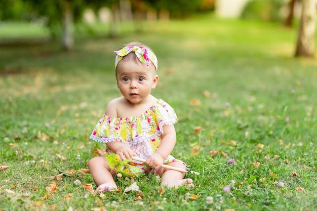Baby op het gazon of gras in de zomer baby wandelen in de frisse lucht