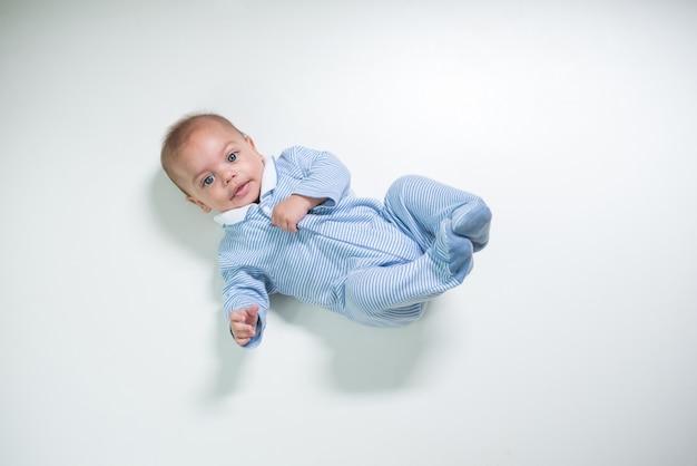 Baby op studio wit geïsoleerde achtergrond