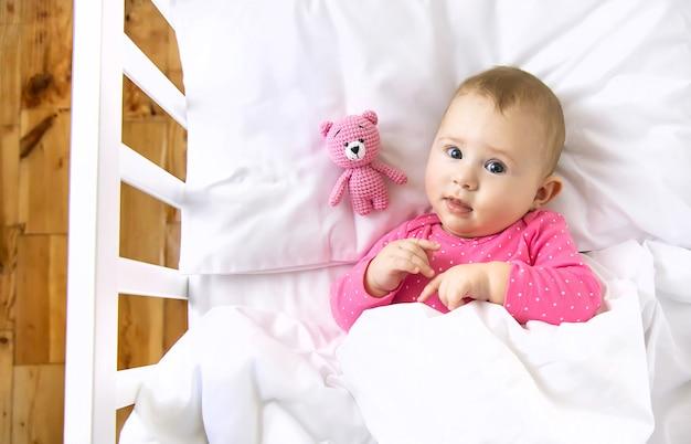 Baby peuter speelt in de wieg. selectieve aandacht. kind.